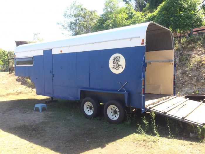 Gooseneck horse trailer with annexe