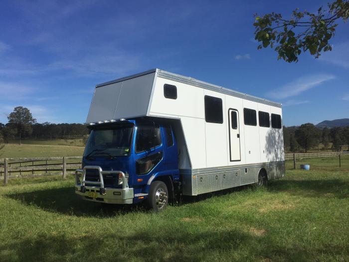 IMMACULATE 5 HORSE TRUCK