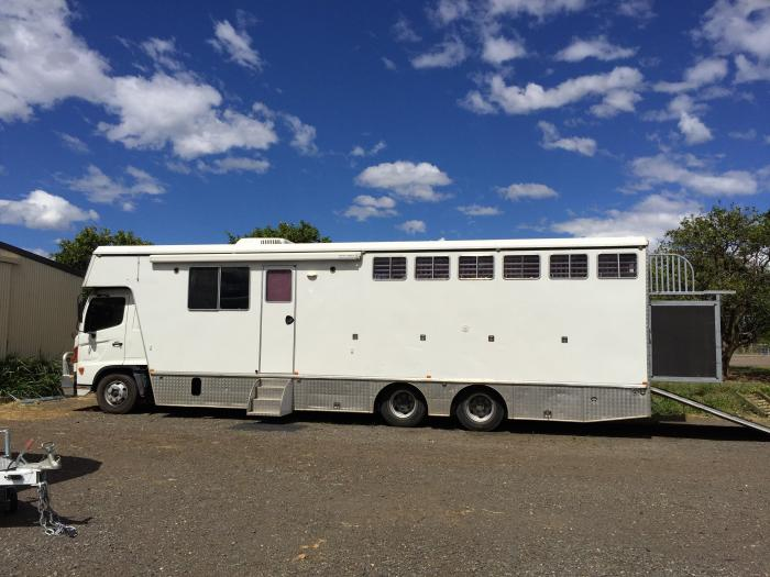 6/7 horse Hino truck for sale