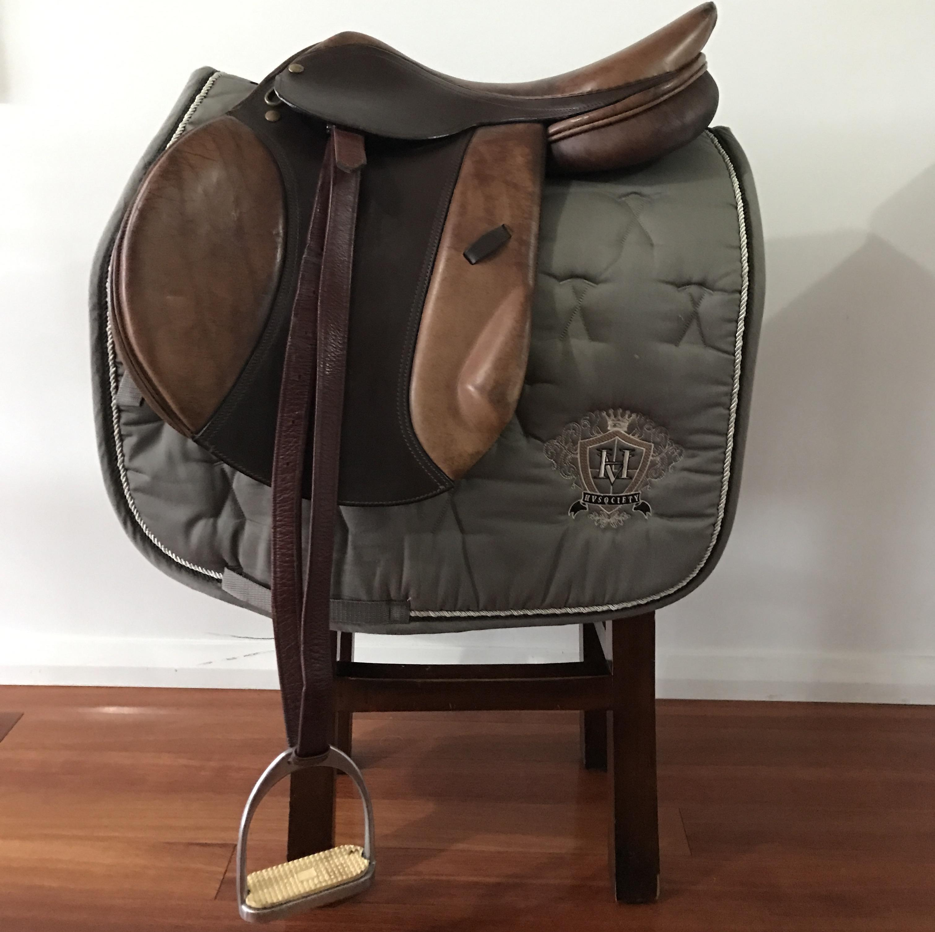 Leather show jumping saddle