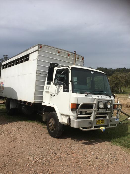 1991 Izuzu 8 horse truck