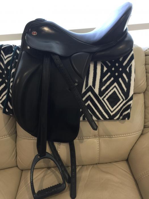 Keiffer Kur dressage saddle 3 yrs old size 1 17 in