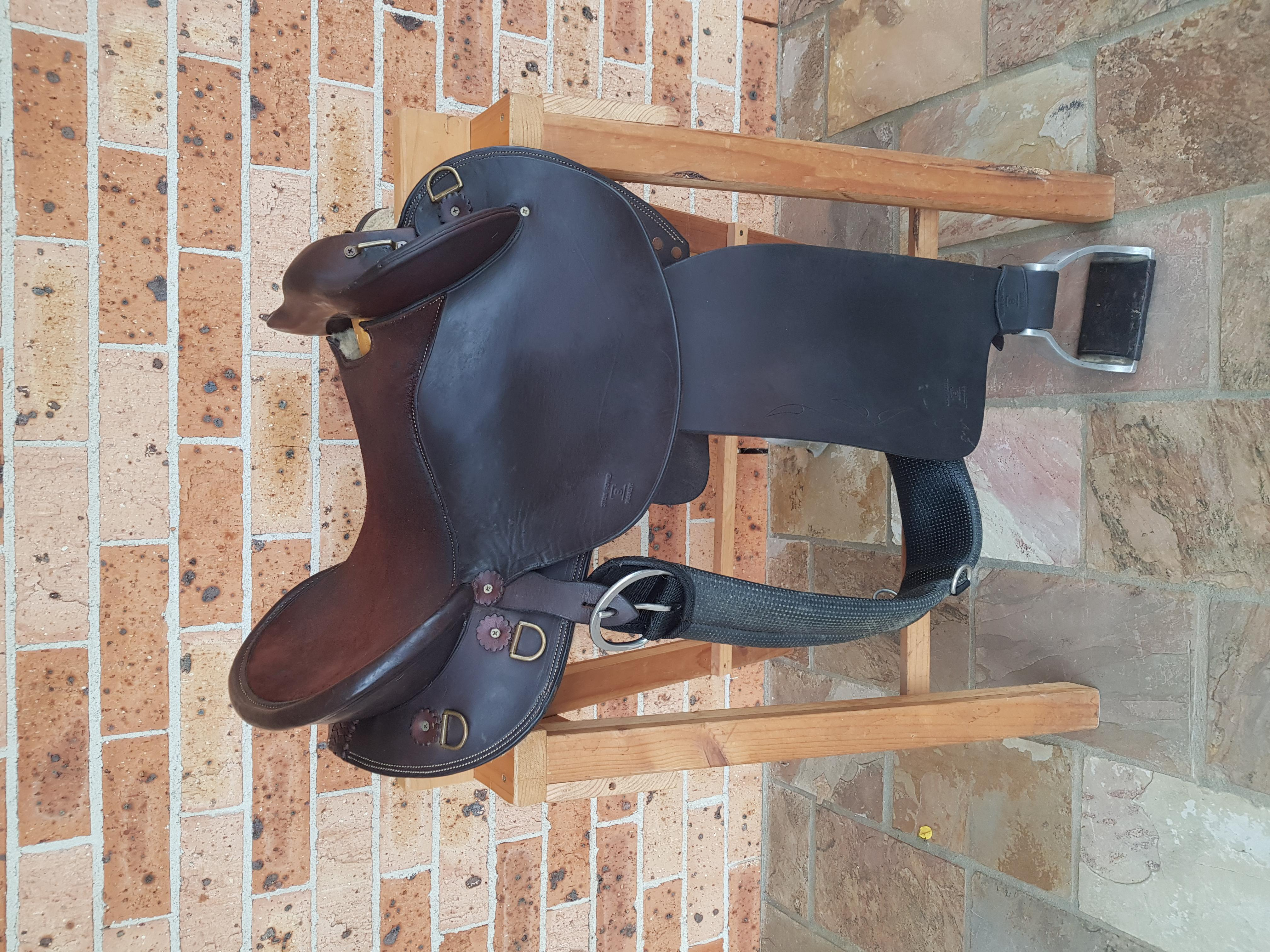 Swinging fender saddle