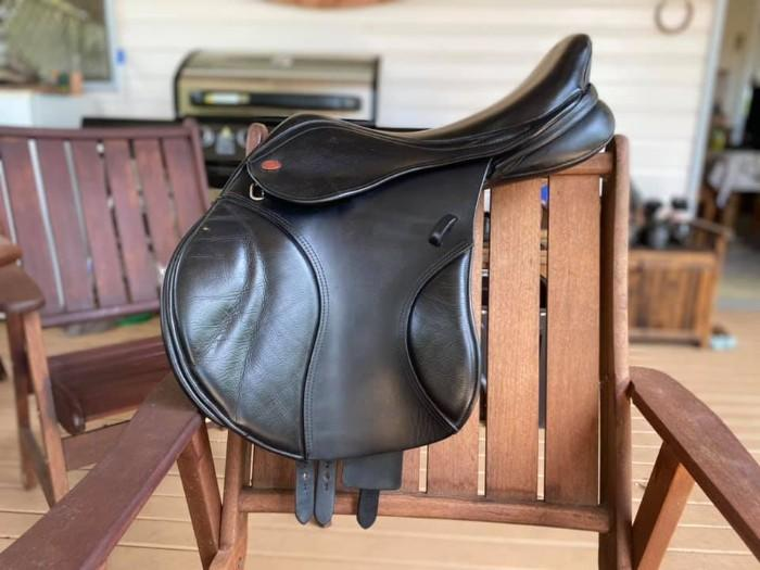 16.5'' Black Kent and Masters showjumping saddle