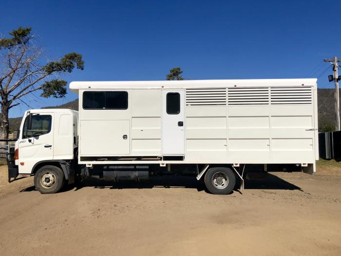 Immaculate Hino FD 4Horse & Living