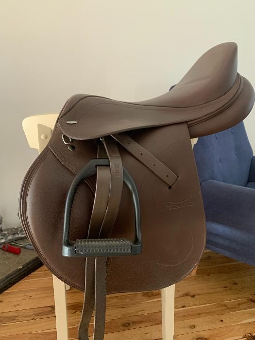 Tekna brown jump saddle