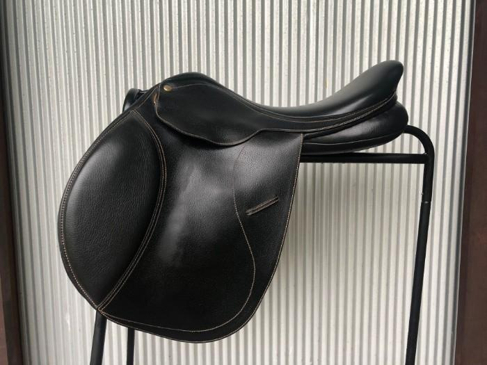 Black Collegiate Close Contact Jumping Saddle