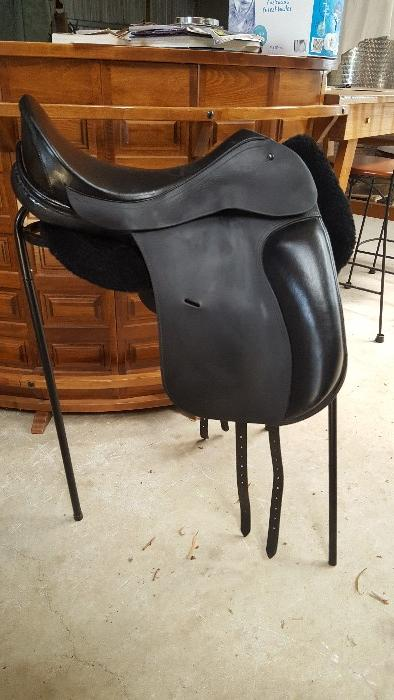 ANSUR treeless Dressage saddle
