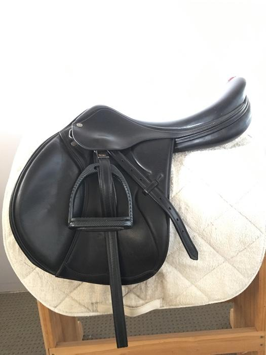 Equip close contact jumping saddle