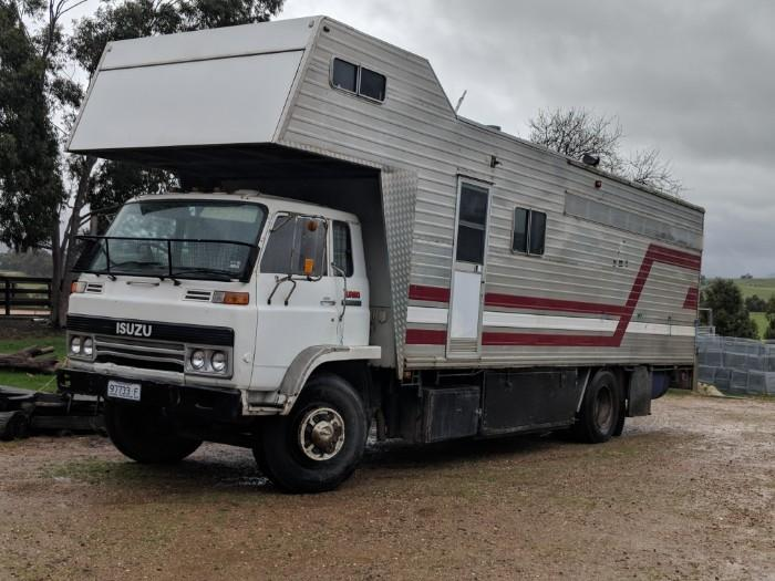 5 horse truck with living MUST SELL