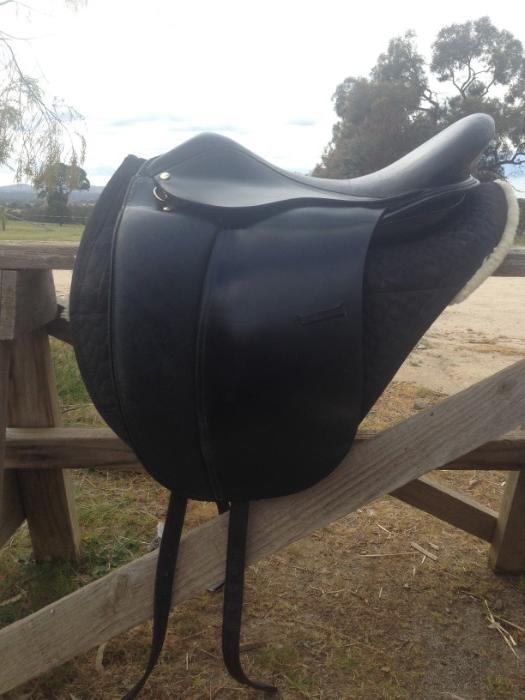 Hidalgo Treeless Venice II Dressage saddle, 17.5in