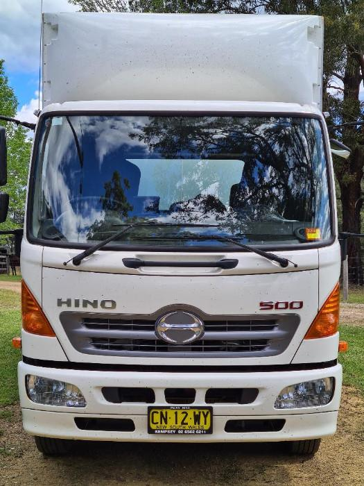 Near new Hino 3 Horse Truck with Sleeping 3,