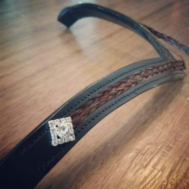 https://www.livinghorsetails.com/products/deep-v-padded-browband-with-horse-hair-inlay-and-rhineston